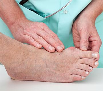 Paciente sendo examinado nos pés